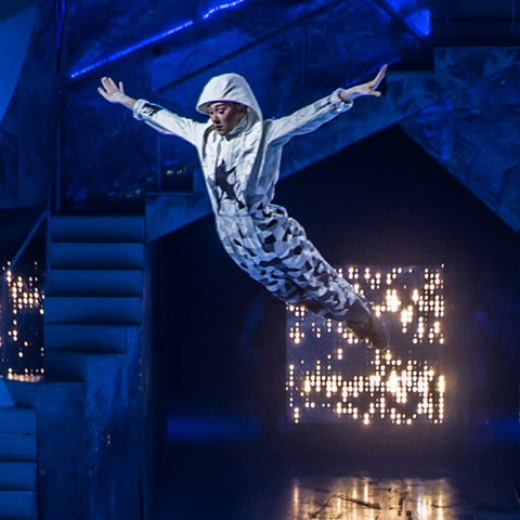 The Crystal show Tempête act, where acrobatics and ice skating combine